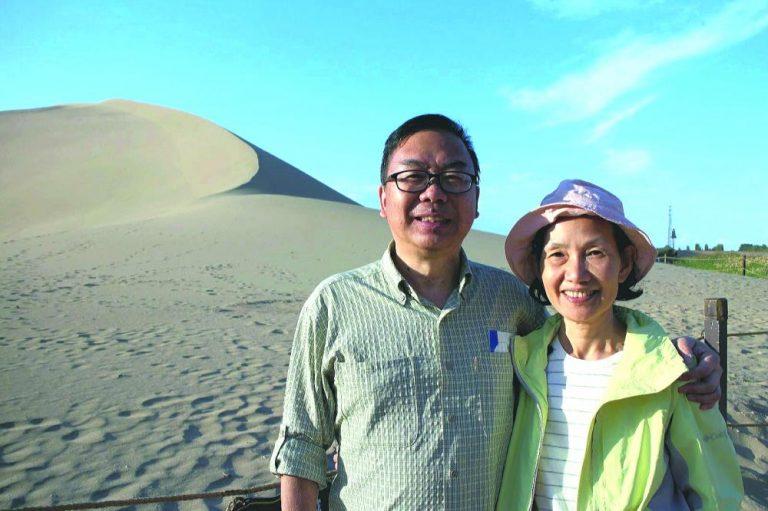 張文光和太太遊沙漠,原本笑容滿面。(張文光提供)