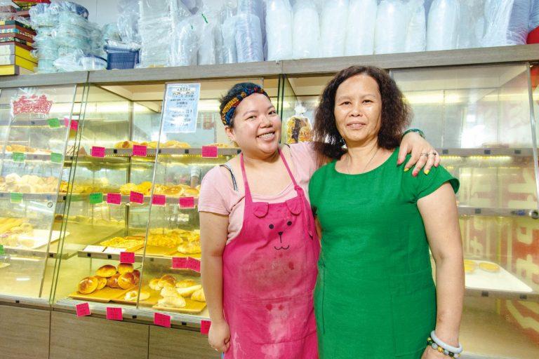 自從爸爸過身,孫芷玲(左)便和媽媽人石力撐起這餅家。