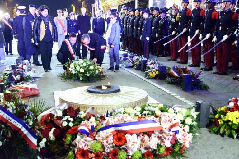 巴黎凱旋門舉行儀式,向一戰期間來法參加戰鬥和服務的亞裔戰士致敬,凱旋門下長明火撥旺儀式並向無名烈士墓敬獻花圈。    (中新社)