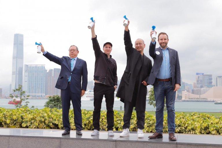 (左起)發展局主席林建岳、KAWS 藝術家 Brian Donnelly、策展人林樹鑫、「亞洲萬里通」行政總裁施愷民為《KAWS:HOLIDAY》香港站進行揭幕儀式。