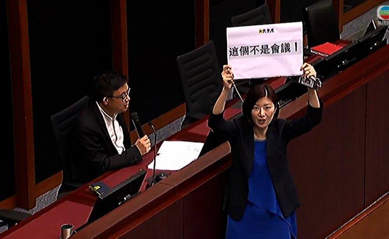 容海恩(右)宣布退出初選。