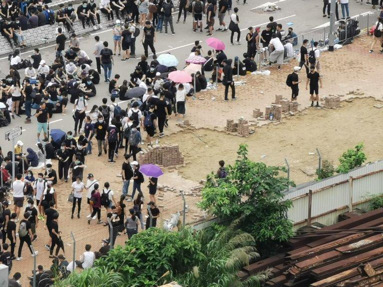 警方警告示威者切勿投擲磚頭。