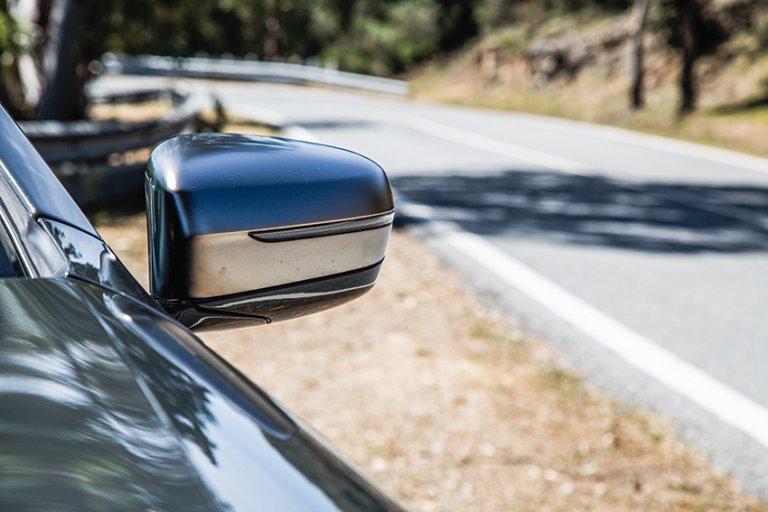 倒後鏡內置後車盲點警告,過線時會提醒司機有沒有後車迫近。
