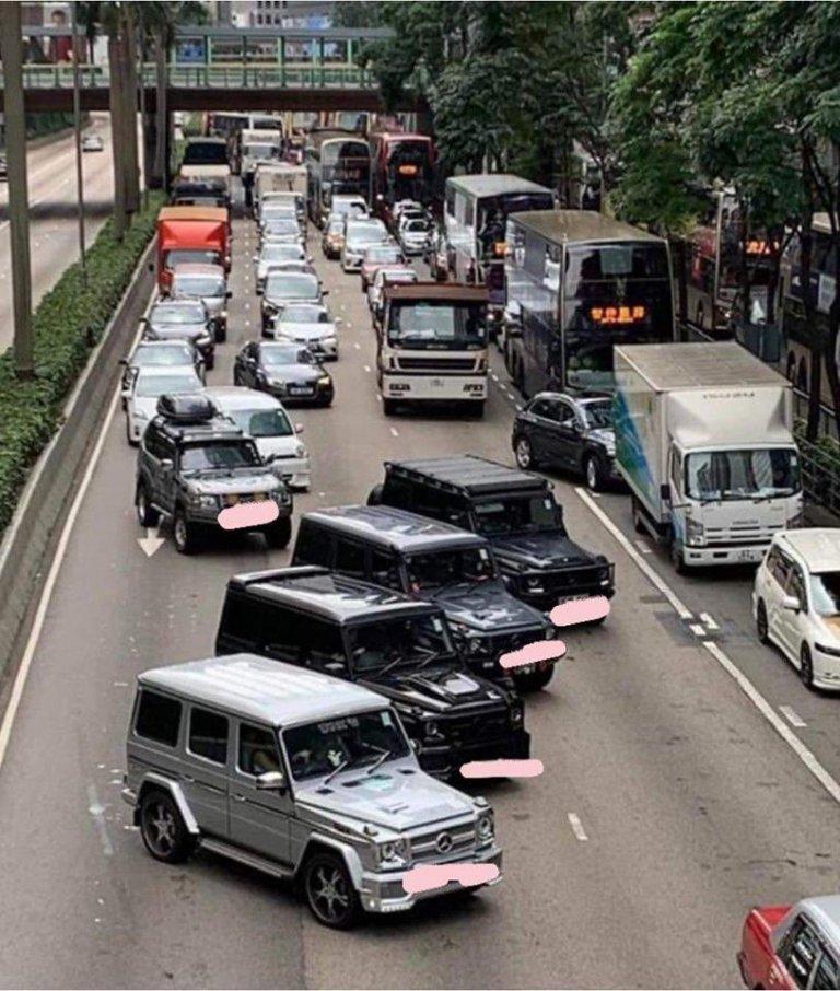 有私家車整齊地堵塞告士打道。