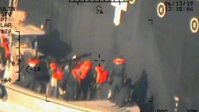 國防部指伊朗革命衛隊正在移除一枚沒有爆炸的水雷。﹙美國海軍﹚