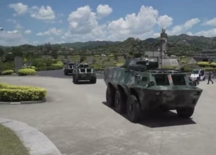 數十輛裝甲車集結在深圳。(影片截圖)