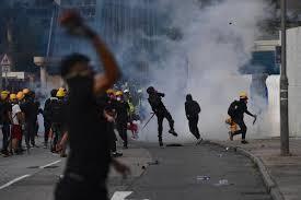 黃大仙警署比較忍讓,因此示威者的暴力行為變本加厲。