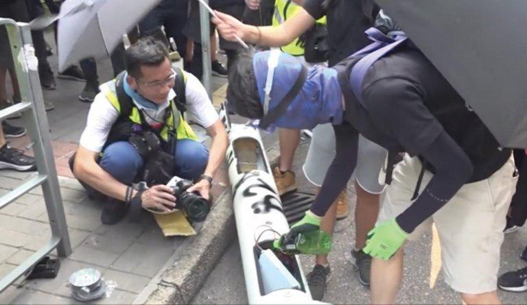 示威者破壞智慧燈柱並「肢解」。(電視截圖)