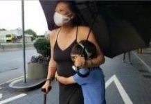 【示威不止】婦人持手杖擁着孩子去示威