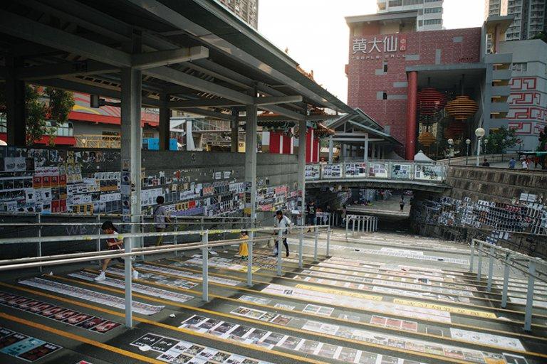 黃大仙港鐵站外的連儂牆蔓延到地面和樓梯。