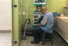 【臭不可聞】﹙2﹚不人道待遇聞者心酸 前線清潔工公廁內開餐