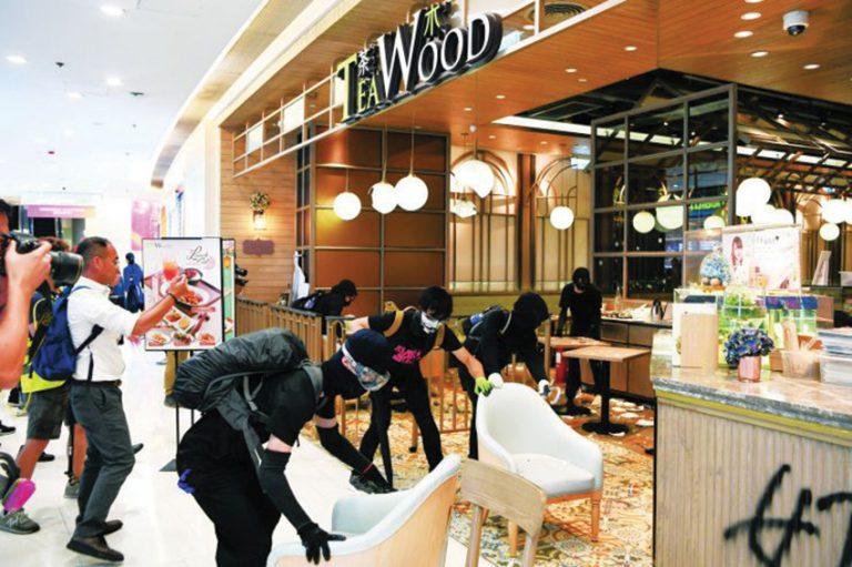 很多年輕人加入破壞藍店食肆行列。