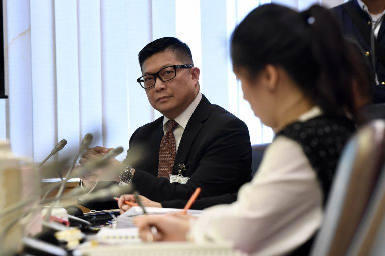 鄧炳強在提出臨時動議時與會議廳內一眾警員離開。(中新社)