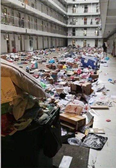 有地方政府徵用學校宿舍,將學生用品如垃圾般棄置。
