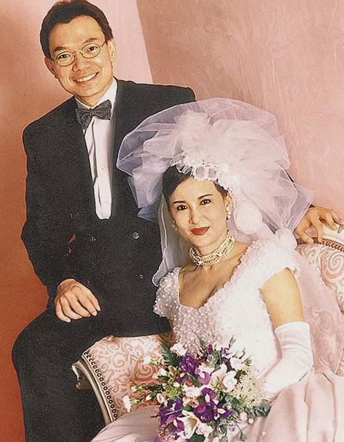 謝偉俊說,當年結婚沒有真正的婚照,這張相其實是為婚紗公司拍來玩玩的。(網上圖片)
