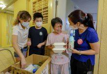 《堅料網》贊助愛心派飯行動 空姐牛肉飯Annie與陳凱欣為長者送暖