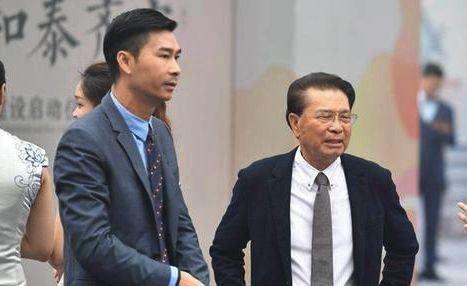 何享健的獨生兒子何劍鋒(左)長伴父親左右。