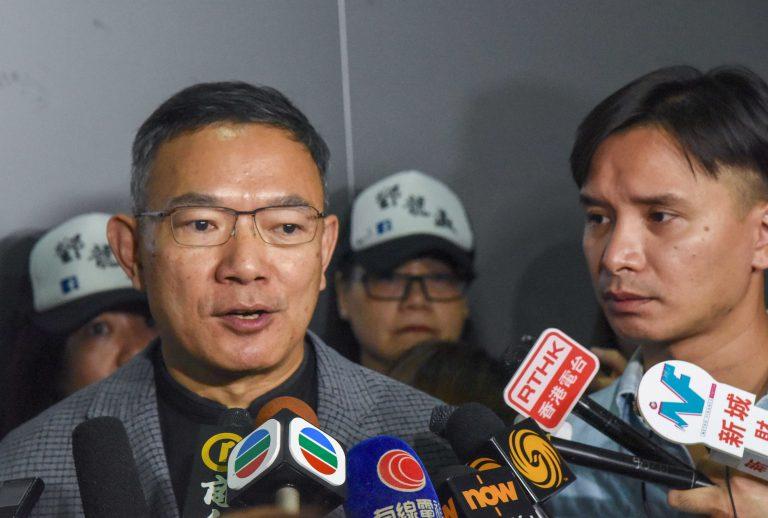謝偉俊(左)稱,被取消參選資格,以及原本應被取消參選資格但尚未被取消的議員都不應獲得延任。(中通社圖片)