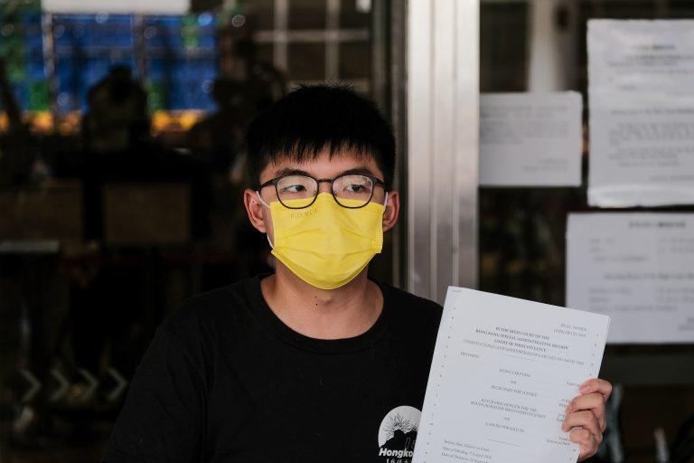 黃之鋒涉嫌於去年10月5日參與未經批准集結及違反《蒙面法》被捕。(中通社)