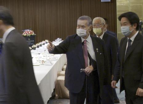日本前首相森喜朗(中)亦在李登輝追思禮拜現身。