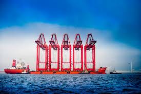 上海振華工業的重型輪船起重設備。
