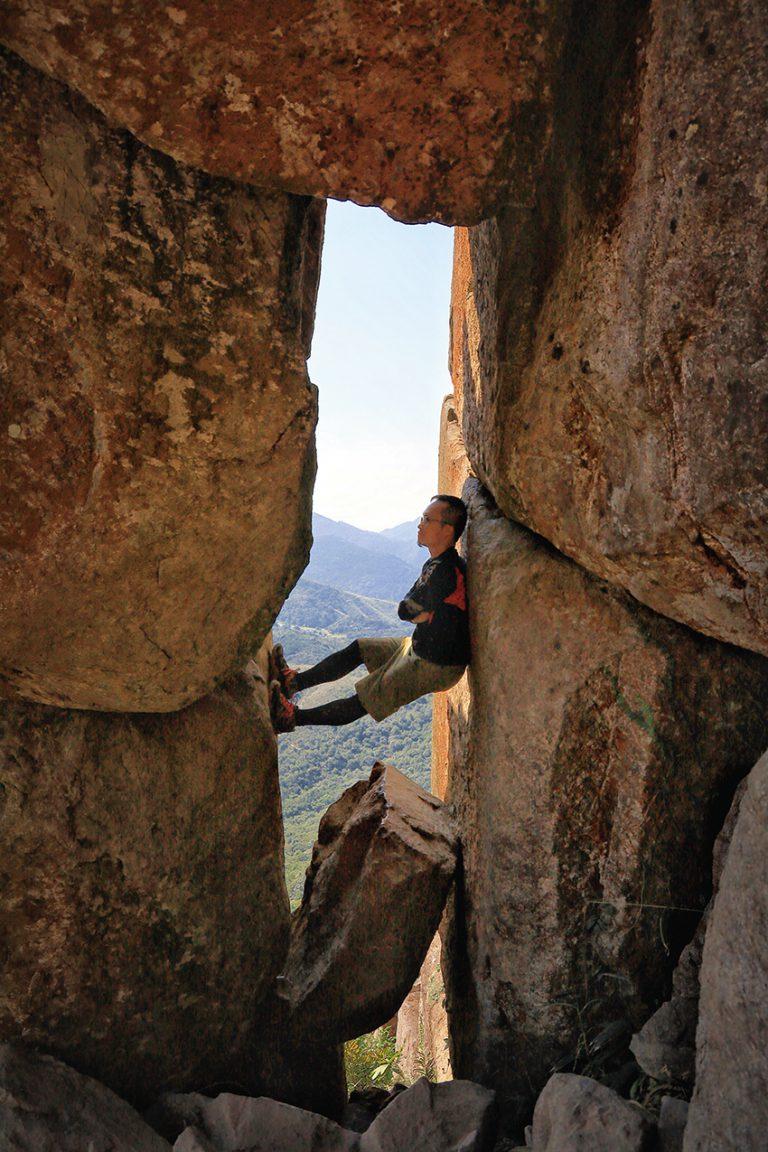 幾塊巨石疊在一起,中空的位置如窗形的天窗石,是黃牛山一大景點。