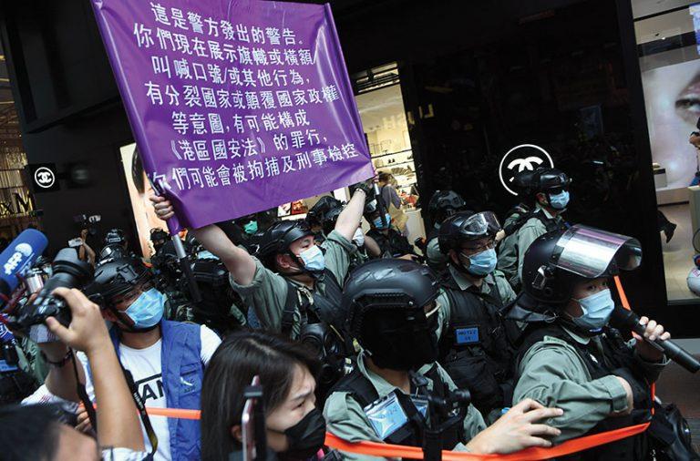 2020年七一遊行警方首度 展示國安法警告。(中通社)