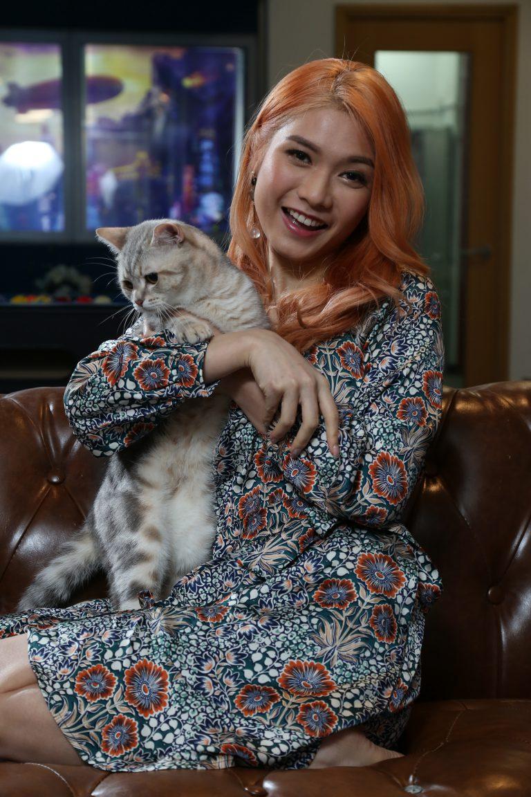 抱着貓咪,女神變得更可愛。