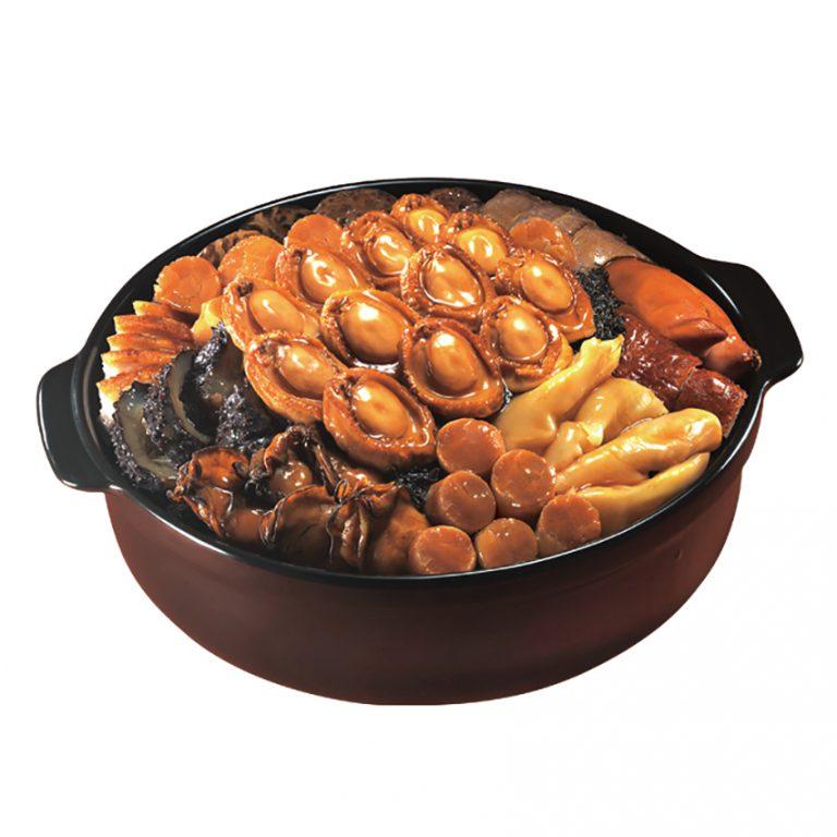 原隻30頭鮑魚金裝盆菜 $2,288/i:鴻星的招牌原隻30頭鮑魚金裝盆菜,呈現懷舊粵菜的烹調精髓,分量足夠12人分享。除主打的原隻30頭鮑魚外,還加有師傅巧手秘製的豬手、花膠、海參及蠔豉等食材,原汁原味。