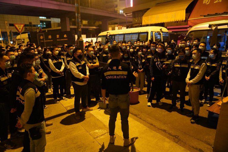 入境處數百人員組成的支援隊,凌晨抵達佐敦現場。