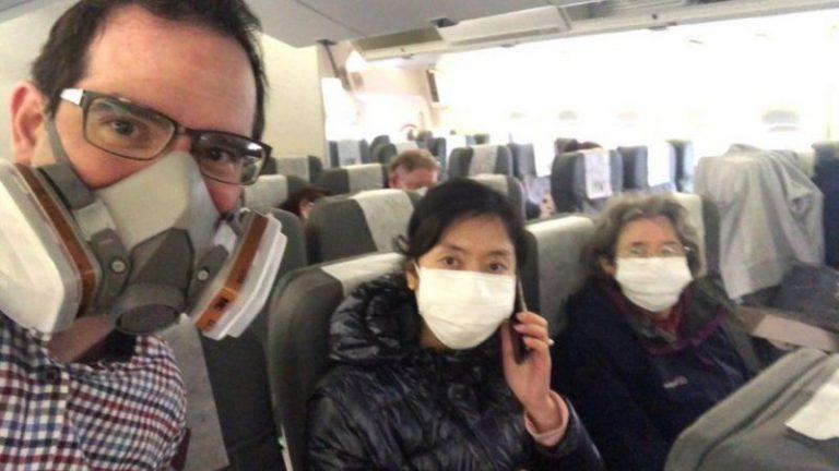 韋拉(左)表示後悔登上飛機,認為留在武漢會更自由和安全。