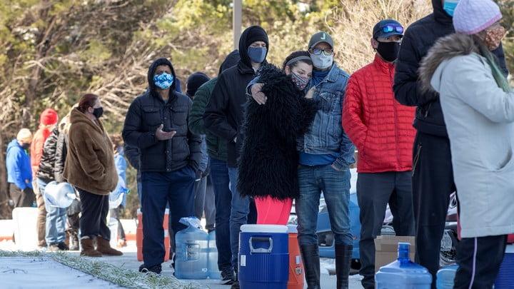 得州居民要在嚴寒中排隊輪候食水。