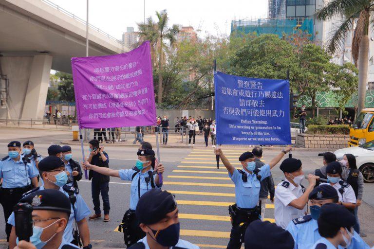 警方同時舉出紫旗和藍旗警告。(黃冠華攝)