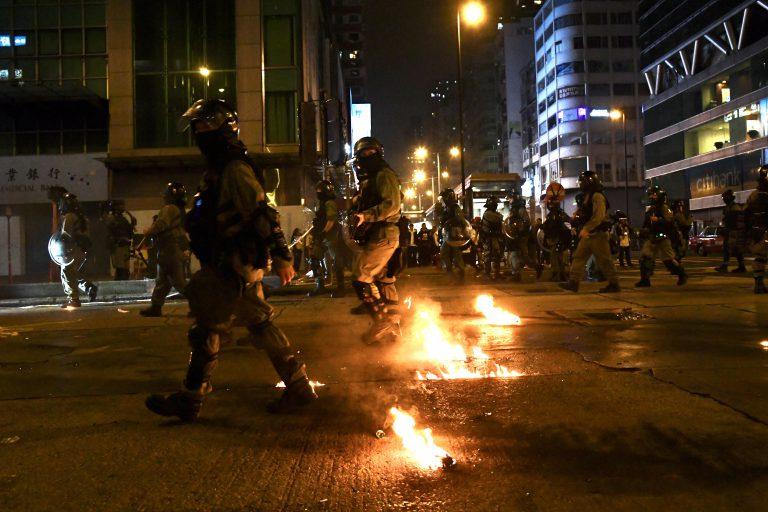 2019年反修例示威中有示威者投擲汽油彈。(中通社圖片)