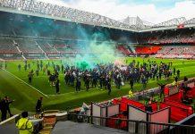 示威者闖曼聯球場示威 與警爆衝突 對利物浦賽事延期
