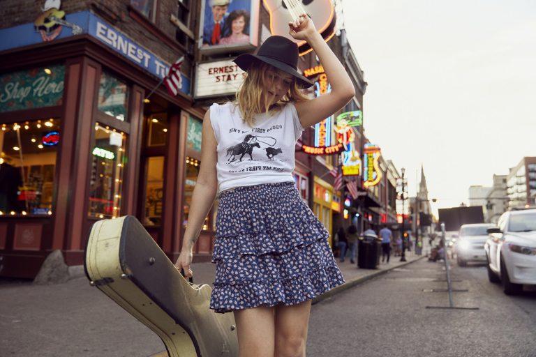 簡單的短身tee和迷你裙也充滿個性。