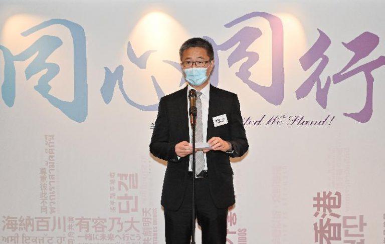 蕭澤頤表示,是次展覽的主題為「同心同行」,是希望社會能夠放下分歧,不再被失實訊息影響,同心攜手建設香港。(政府新聞網)