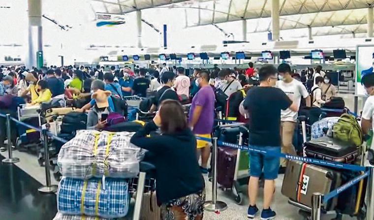 早前本港出現移民潮,機場湧現離港的人群。