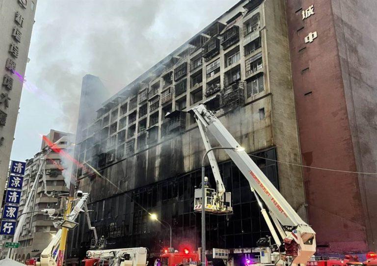 高雄市警方初步調查相信大火起因有可疑。